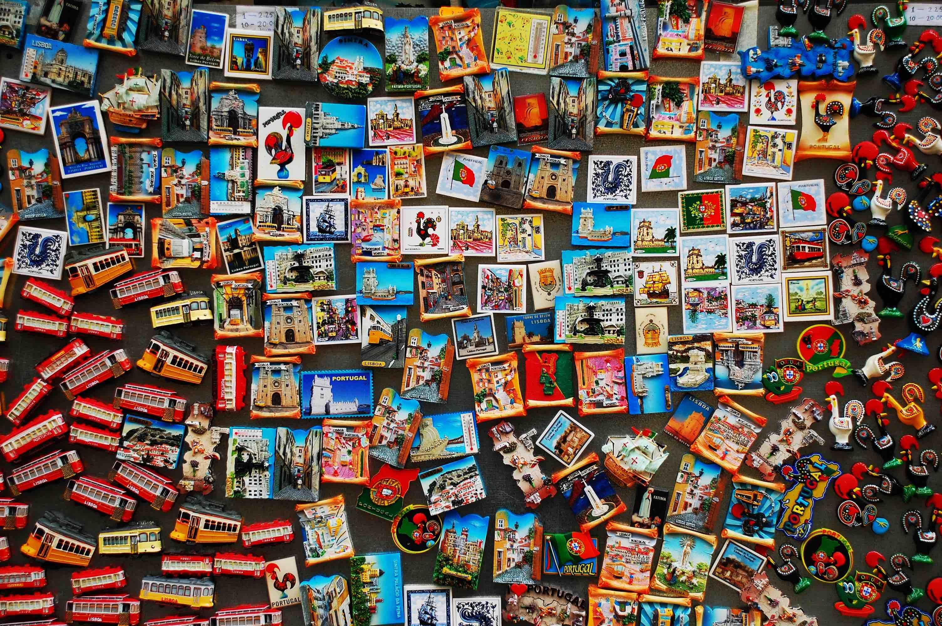 Mur de souvenirs touristiques